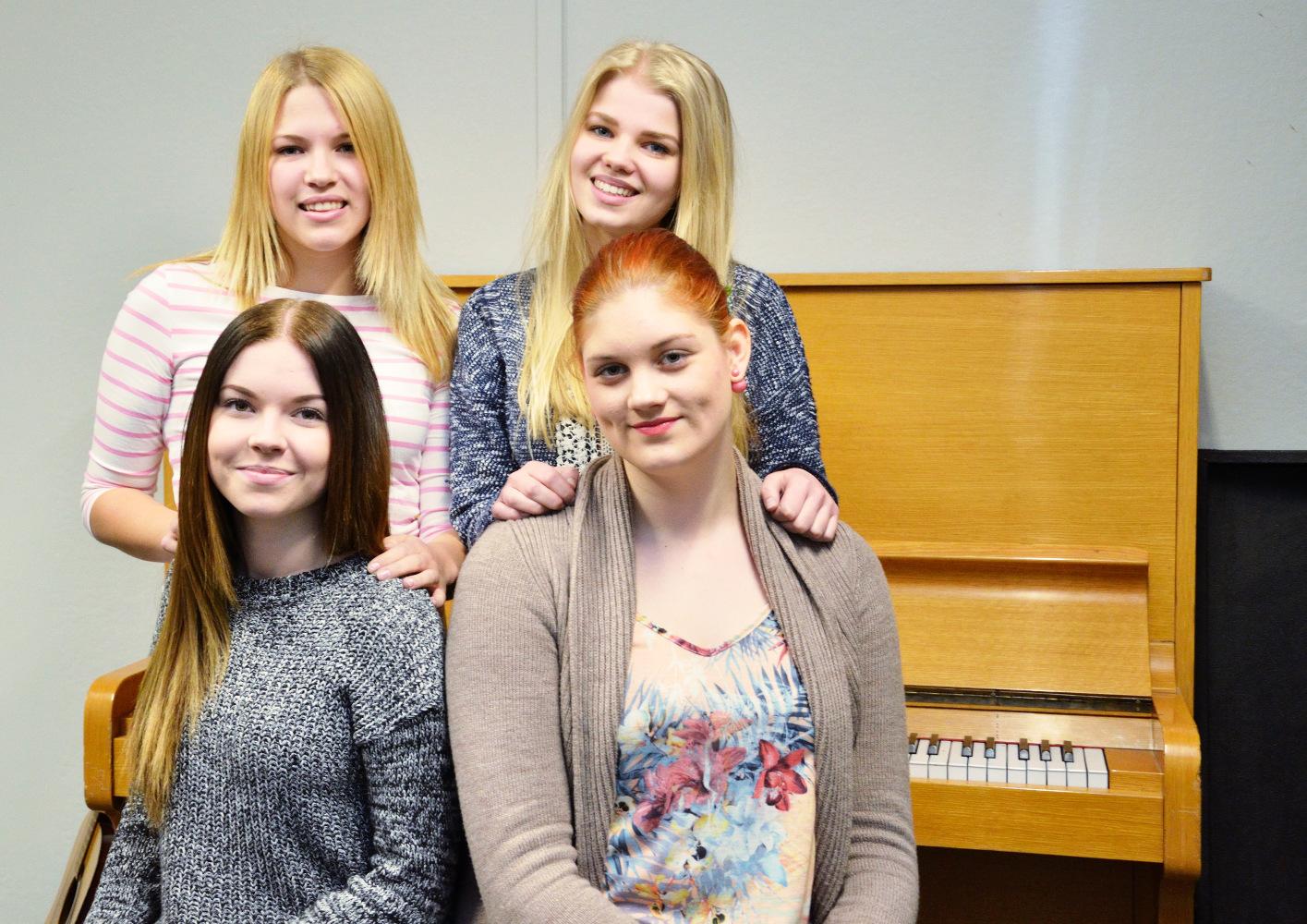 Takana Melina Tolppala ja Lumi Salmela, edessä Susanna Mahlamäki ja Riikka Mäkelä. Kuva: Otto Ketonen