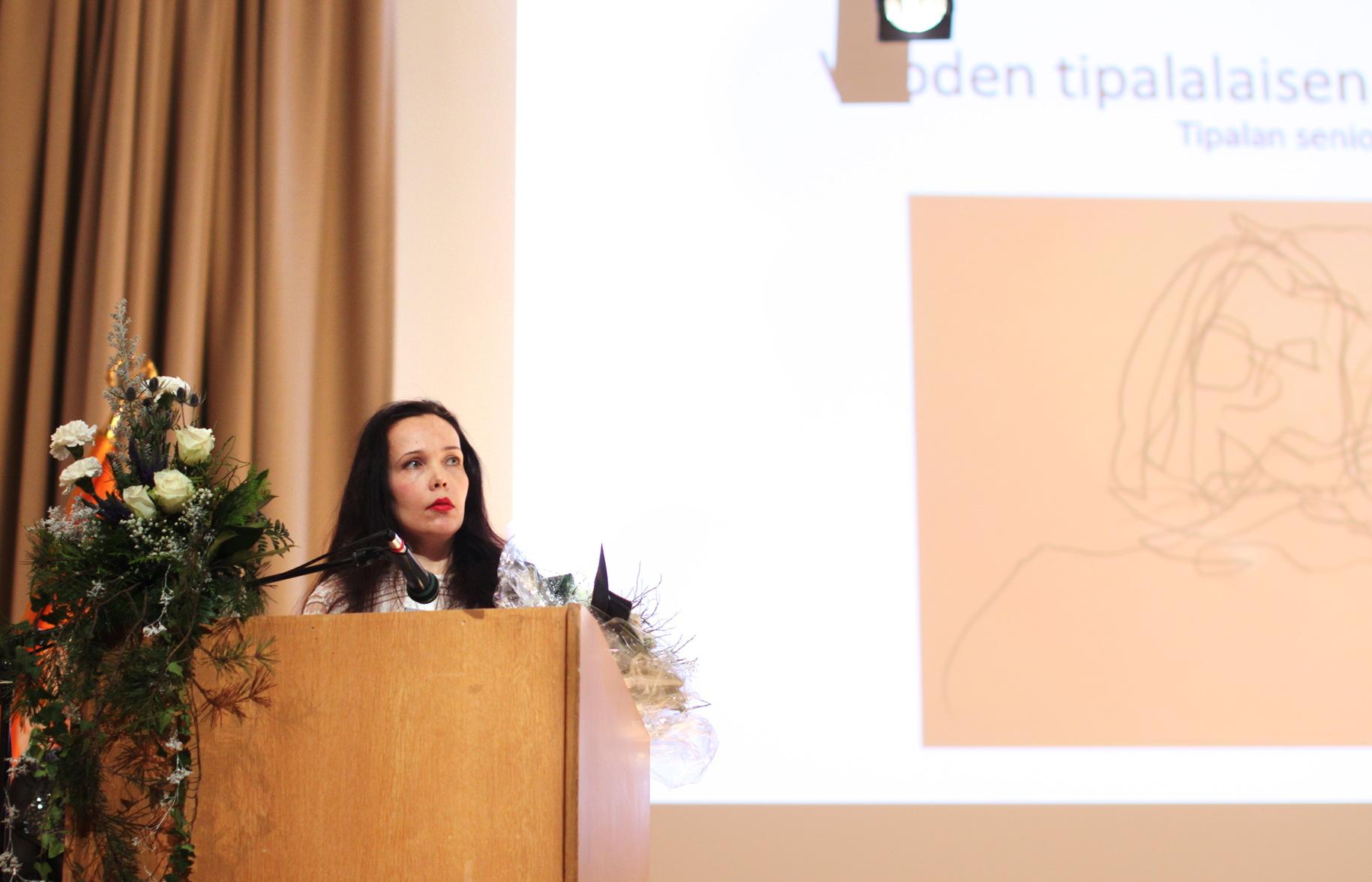 Mila Teräs vastaanottamassa Vuoden Tipalalainen 2017 -nimitystään